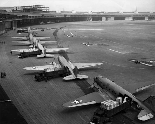 C-47s_at_Tempelhof_Airport_Berlin_1948.jpg