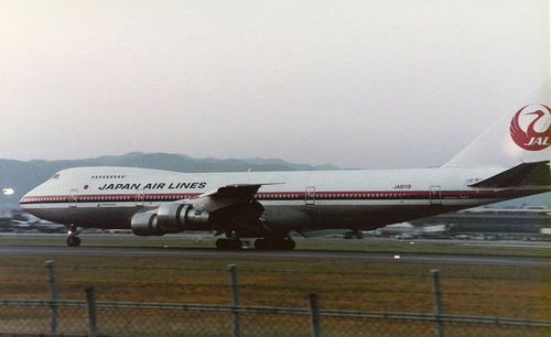 800px-JA8119_at_itami_airport_1982.jpg
