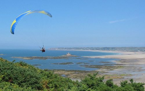 800px-Paragliding_St_Ouen's_Bay,_Jersey.jpg