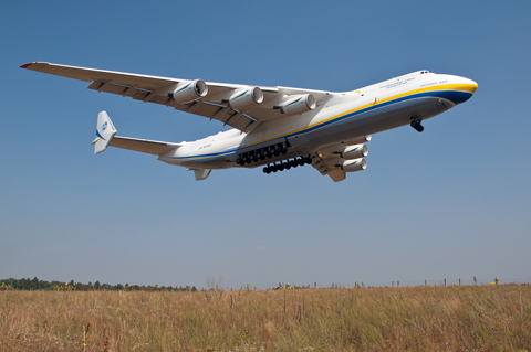 Antonov_An-225_landing_at_Gostomel_Airport.jpg