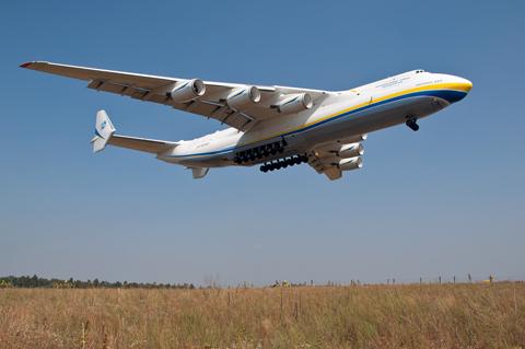Antonov_An-225_landing_at_Gostomel_Airport.jpg