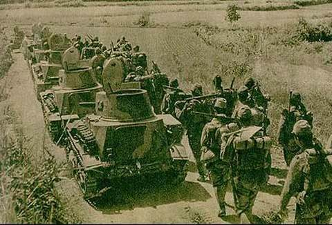 Japanese_tankettes_with_pioneer_troops_marching_towards_Wu-han,_near_Na-hsi.jpg